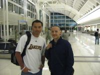 Me_and_Chester_from_Linkin_Park_at_the_airport.JPG