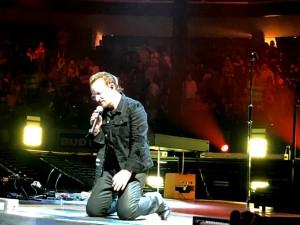 Bono kneeling2